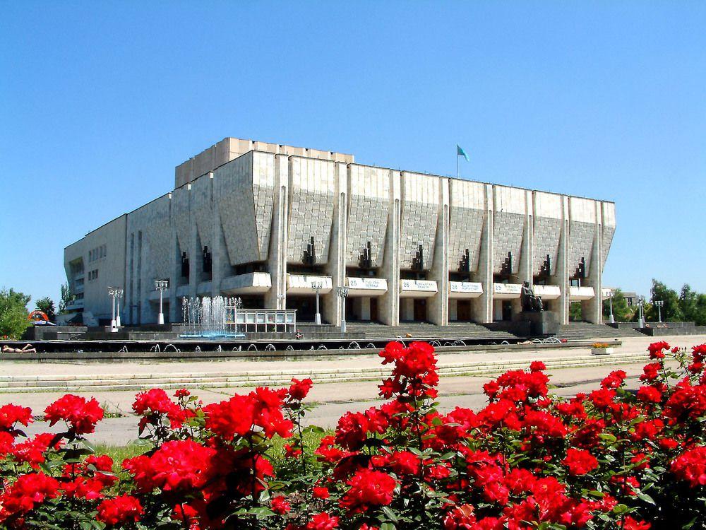 В Казахстане разрешили открыть театры.